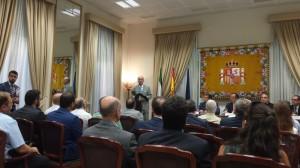 El Alcalde de Málaga hablando a los concurrentes. En la mesa el Delegado del Gobierno en Andalucía, El Secretario de Estado de Seguridad, el Presidente de la Diputación y el Subdelegado del Gobierno en Málaga