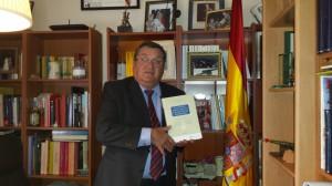El Coronel Vidal Delgado en su despacho, con la portada del libro