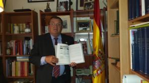 El coronel Vidal mostrando el esquema de planeamiento de las multinacionales