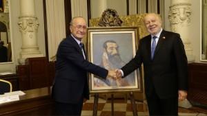 El Alcalde, Francisco de la Torre entrega el cuadro al Embajador, Philippe Jones Lhuillie