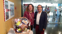 El Rector entrega la cesta de Navidad en la comida de Navidad de la EPS y la ETSII